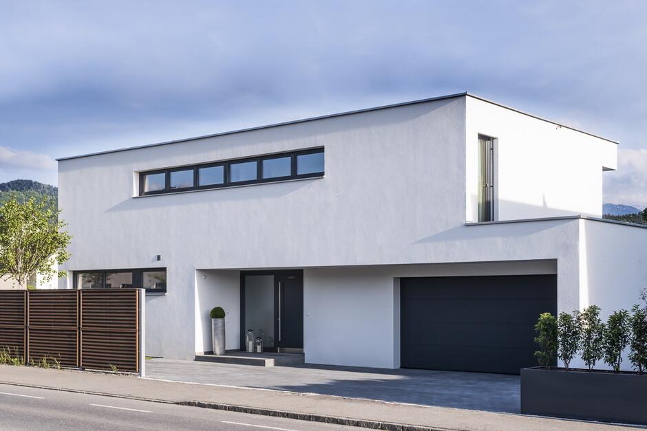 Einfamilienhaus rankweil modern massivbau l form moderne architektur flachdach - Gartenhauser flachdach modern ...