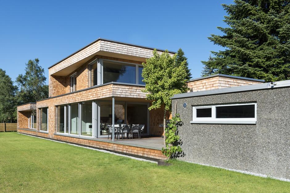 einfamilienhaus koblach modern holzbau l form moderne architektur flachdach innehof atrium. Black Bedroom Furniture Sets. Home Design Ideas