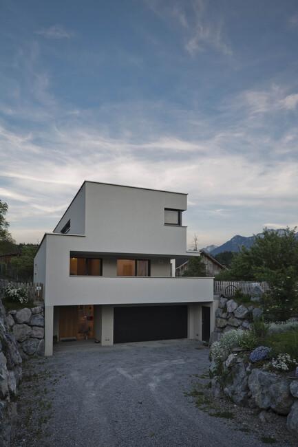 modernes einfamilienhaus satteins massivbau moderne architektur l form pultdach hanghaus. Black Bedroom Furniture Sets. Home Design Ideas