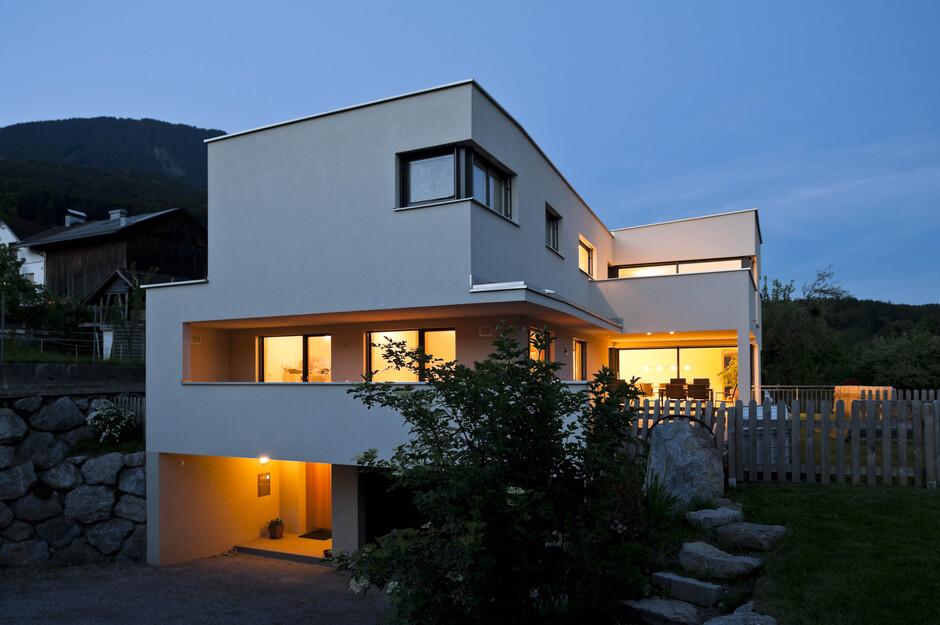 Modernes einfamilienhaus satteins massivbau moderne architektur l form pultdach hanghaus - Moderne architektur hanghaus ...