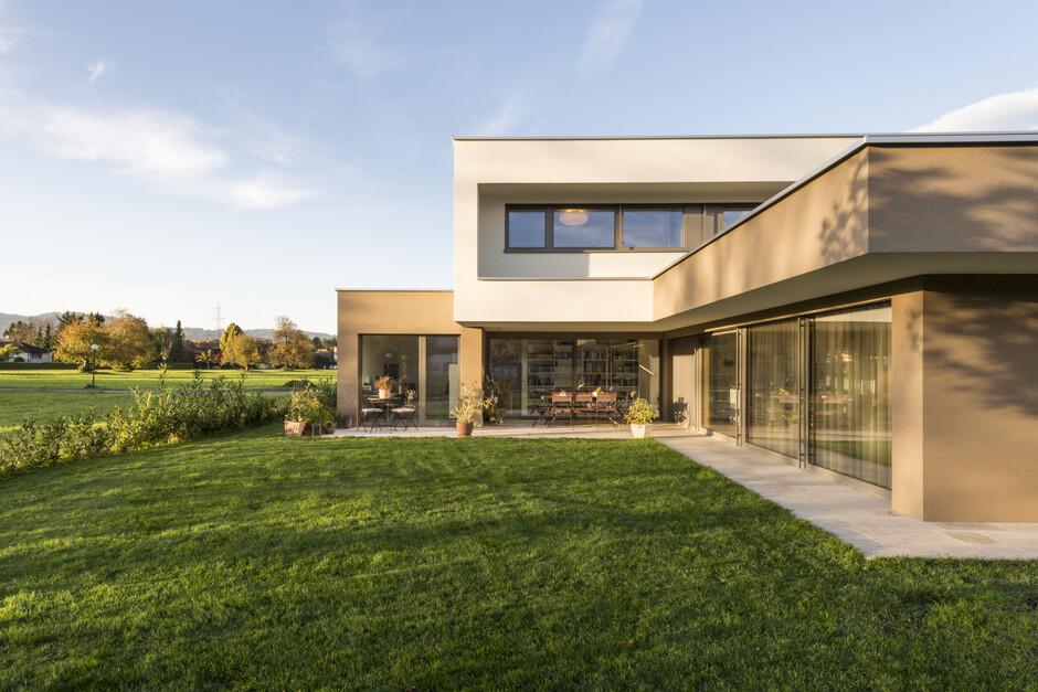 einfamilienhaus flachdach berdachte terrasse massivbau l form moderne architektur l form. Black Bedroom Furniture Sets. Home Design Ideas