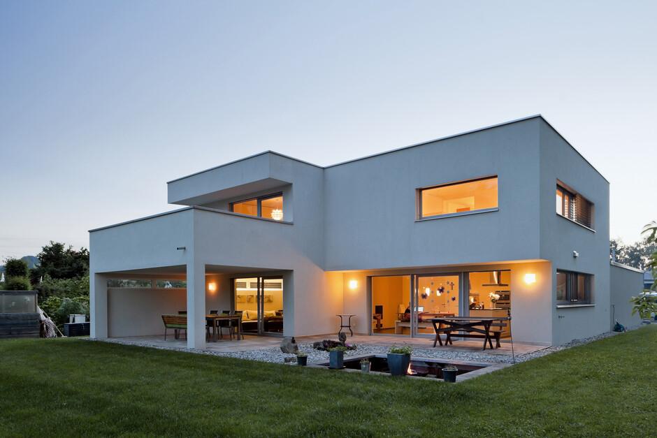 massivbau kunststoff alufenster trapez form flachdach berdachte terrassen. Black Bedroom Furniture Sets. Home Design Ideas